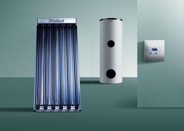 Na ekologickú acenovo dostupnú prípravu teplej vody je určená Solárna zostava 1 sdvoma plochými kolektormi. Kolektory auroTHERM VFK 145 V(H) sú vyrobené zušľachtilých materiálov, čím sa dosiahla vysoká schopnosť absorpcie slnečného žiarenia aztoho vyplývajúca vysoká účinnosť zariadenia. Toto riešenie ponúka užívateľovi úsporu až 60 %. Alternatívou kSolárnej zostave 1 je Solárna zostava 2 sdvomi vákuovými trubicovými kolektormi VTK 570. Oohrev teplej vody sa uoboch zostáv stará bivalentný solárny zásobník (300 l), ktorého súčasťou sú dva vykurovacie špirálové výmenníky. Vprípade, že slnečné žiarenie nedokáže pokryť nevyhnutnú spotrebu teplej vody, doplní sa chýbajúca energia prídavným vykurovacím kotlom. Solárna zostava 2