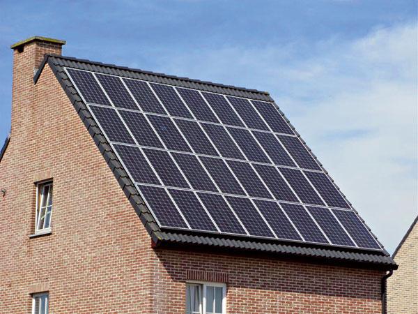 Možnosť uloženia na šikmú strechu je výhodou aj zfinančného hľadiska, pretože potrebujete menšie množstvo materiálu, čo sa odráža na cene systému. Moduly kopírujú strechu aaj pri zhoršených veterných podmienkach nevytvárajú odpor vetru. Vzimných mesiacoch sa panely (moduly) pri výrobe energie jemne zahrievajú anapomáhajú rozpúšťanie snehu.