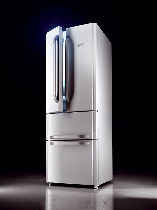 Nové chladničky Hotpoint Quadrio E4D so štyrmi dverami (šetria až 50 % energie) aso zväčšeným objemom 402l (292/110 l), energetická trieda A+ aA++, zásuvka steplotou 0 °C na mäso aryby, o20% väčšia zásuvka na zeleninu, sregulovanou vlhkosťou asmožnosťou uloženia týždennej zásoby ovocia azeleniny do oddelených zón, otočný výrobník ľadu, technológia No Frost, systém Air Tech, Super Cool, Super Freeze funkcie Ice Party, Holiday aEco. Rozmery: v195,5 × š 70 × h78,4 cm. Odporúčaná cena 899 €.