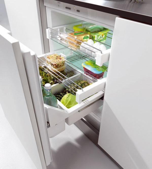 Plne vstavaný podstavný model chladničky Miele K9123 Ui sobjemom chladiacej zóny 119 l apriamym spojením dvierok nábytku aprístroja. Trieda energetickej účinnosti A++. Kdispozícii elektronická regulácia teploty, regulátor teploty vchladiacej zóne aindikácia teploty vchladiacej zóne. Pre väčší komfort ponúka chladnička automatické superchladenie avnútorné osvetlenie LED-diódami. Odporúčaná cena: 1040 €.