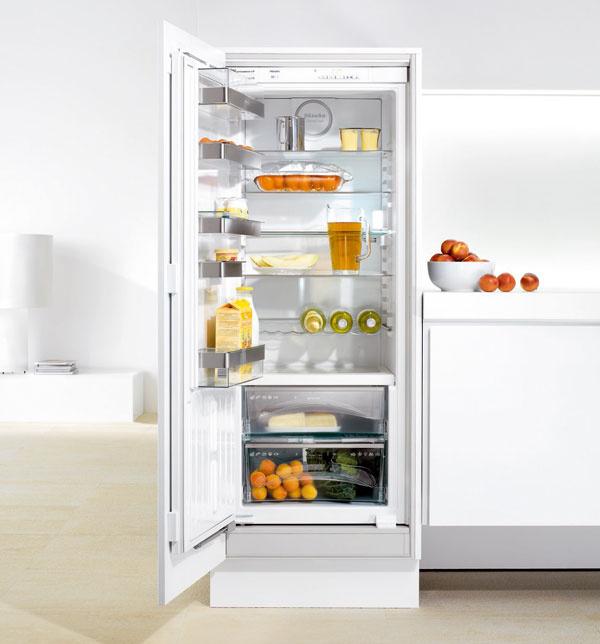 Zabudovateľná chladnička smrazničkou Miele K9557 iD-4 do výklenku 140 cm asobjemom 236 l, ztoho 176 l chladiaca zóna a60 l zóna PerfectFresh, vďaka ktorej potraviny vydržia dlho čerstvé, má energetickú triedu A++. Systém odkladacích políc VarioBord skladajúci sa znastaviteľných antikorových držiakov avyberateľných servírovacích políc ztransparentného plastu. Prístroj ponúka aj ComfortClean – odkladacie plochy vhodné do umývačky riadu. Odporúčaná cena: 1361 €.