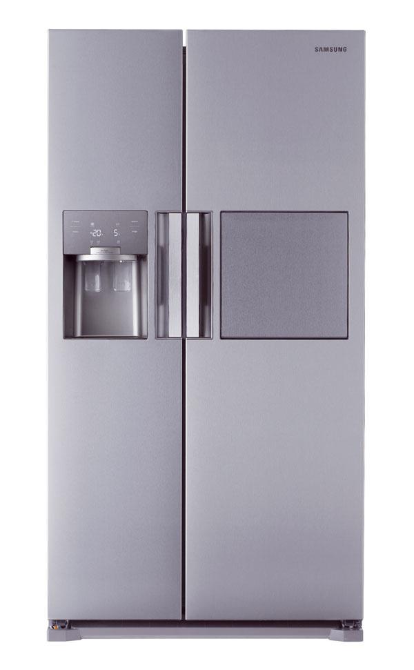Chladnička Samsung RS7778FHCSR/EF je vybavená priestorovými inováciami, vrátane radu zásuviek, políc adržiakov astenčenými stenami, čím sa maximalizuje jej vnútorný priestor (chladiaci priestor/mraznička – 359/184 l) Systém Twin Cooling Plus™ je založený na dvoch samostatných okruhoch, zvlášť pre chladničku amrazničku, čím umožňuje lepšie kontrolovať teplotu, udržiavať vlhkosť (až 75 %) azabraňuje miešaniu pachov. Chladnička je vybavená špeciálnym kompresorom, tzv. digitálnym invertorom, ktorý udržiava teplotu plynule bez toho, aby sa neustále zapínal avypínal. Medzi jej ďalšie vlastnosti patrí vylepšená izolácia, elegantnejší vzhľad avyššia energetická účinnosť triedy A++. Jasné LED osvetlenie vnútorného priestoru umožňuje pohodlnú orientáciu. Rovnako sa vyznačuje novým dotykovým displejom. Odporúčaná maloobchodná cena 1799 €.