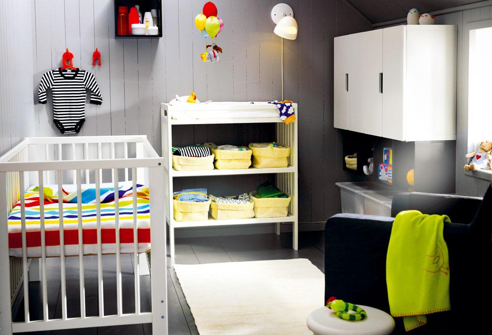 Deti do priestoru prinesú toľko farebných predmetov, že je rozumnejšie ladiť základ izbičky vjednej farbe, prípadne vo dvoch-troch neutrálnych odtieňoch. Aj do izby pre bábätko pritom možno vybrať nábytok, ktorý sa dá využiť aj neskôr – napríklad od prebaľovacieho pultu kpolici na hračky nie je veľmi ďaleko. Stačí pridať zopár šikovných škatúľ, ktoré vyriešia ich nadštandardnú hĺbku.
