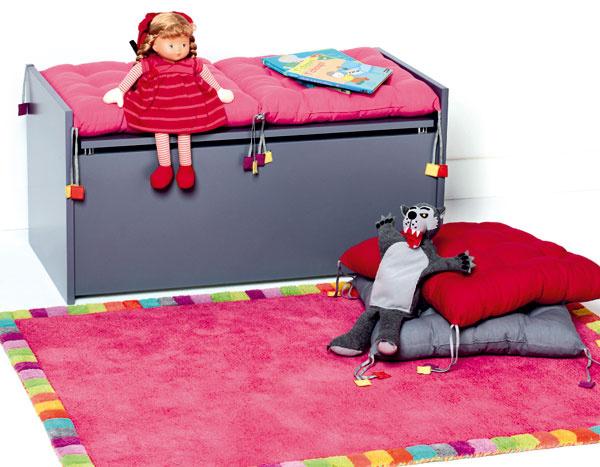Je užitočné, ak je zariadenie detskej izby viacúčelové – lepšie využijete miesto adieťa sa učí rozvíjať svoju fantáziu. Napríklad do tejto truhlice zMDF sa zmestí hromada detských pokladov, anavyše na nej môže dieťa aj sedieť.