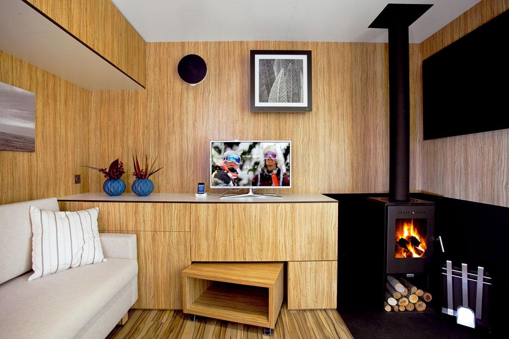 Autorom celého freedomčeka vrátane návrhu interiéru je architekt Marek Jan Štěpán. Vnútorný priestor zorganizoval jednoducho aprakticky ajeho vybavenie premyslel do posledného detailu. Napriek neveľkým rozmerom tak našiel miesto aj na dostatok úložných priestorov.