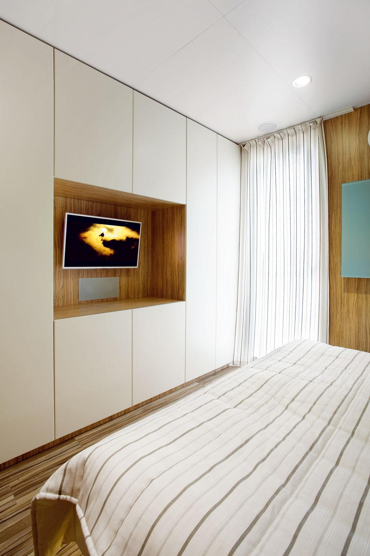Steny astropy sú obložené laminovanými doskami, vinylová podlaha je farebne zladená sobkladom stien anábytkom. Kštandardnému vybaveniu patria napríklad vspálni dvojposteľ (1,8 × 2 m) slamelovým roštom amatracom, nočné stolíky avstavaná skriňa.