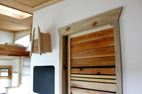 Leaf House je výnimočný nielen obložením z cédrového dreva, ale aj použitím tesárskeho spoja na princípe jazyka a drážky spolu so základnou oceľovou kostrou.