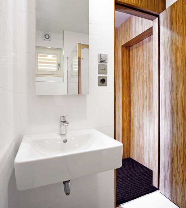 Kúpeľňa s vaňou a ekologické WC.