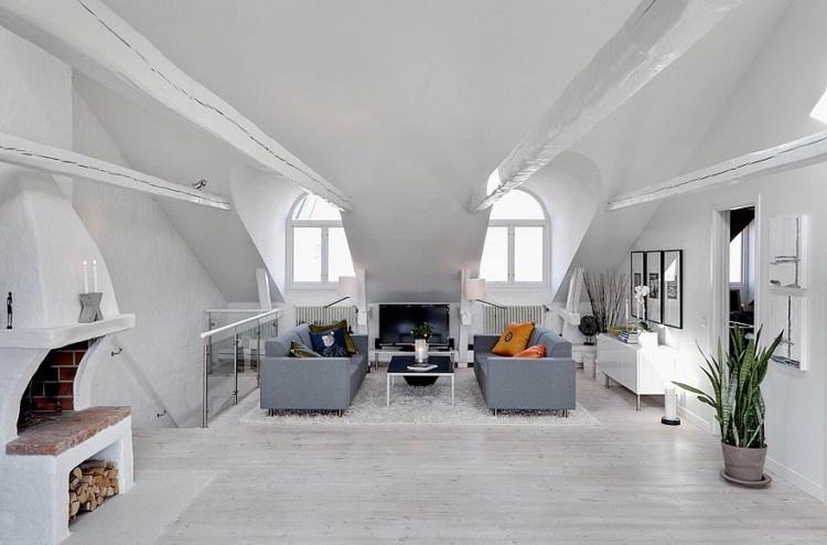 Interiér je typicky švédsky, dominuje biela farba, ktorá nádherne kontrastuje s doplnkami z dreva a nehrdzavejúcej ocele.
