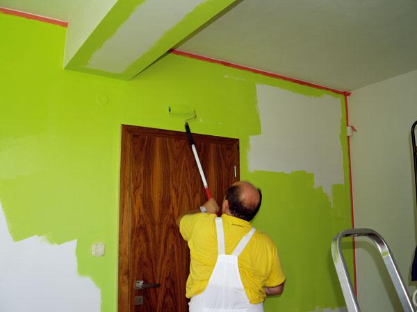 Pri maľovaní stien sa postupuje podobne ako pri strope. Plocha sa rozdelí na pásy. Valček sa nasadzuje približne vstrede steny, potom sa farba plynulými pohybmi rozotiera vo zvislých pásoch smerom hore adole.