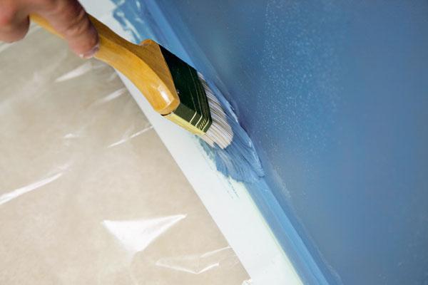 Plochy apredmety sa zakrývajú fóliami, ktoré sa na okrajoch podlahy prichytia maliarskou páskou. Značne sa tým ušetrí čas pri upratovaní po maľovke. Dokončovanie práce vmiestach, do ktorých sa nedostane valček, možno robiť štetcom.