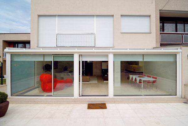 Pekná ukážka toho, ako sa dá dobre zvolenými oknami azasklenými stenami premeniť pôvodne nudná architektúra na atraktívnu, azároveň potvrdenie známeho: menej niekedy znamená viac. architektúra: Ing. arch. Peter Vágner