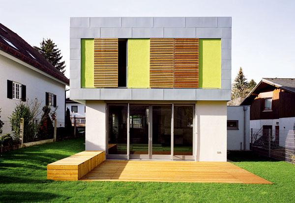 Farebná amateriálová kombinácia na týchto tvarovo jednoduchých oknách nás bavila.