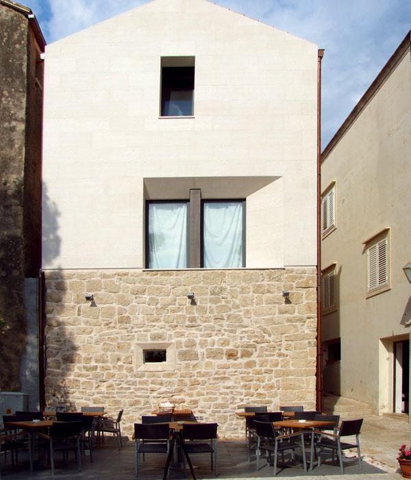 Ukážka toho, ako môže byť okno výrazovým prostriedkom modernej architektúry azároveň nenásilne, súctou arešpektom komunikovať spôvodným charakterom domu. architektúra: Zora Baletic)