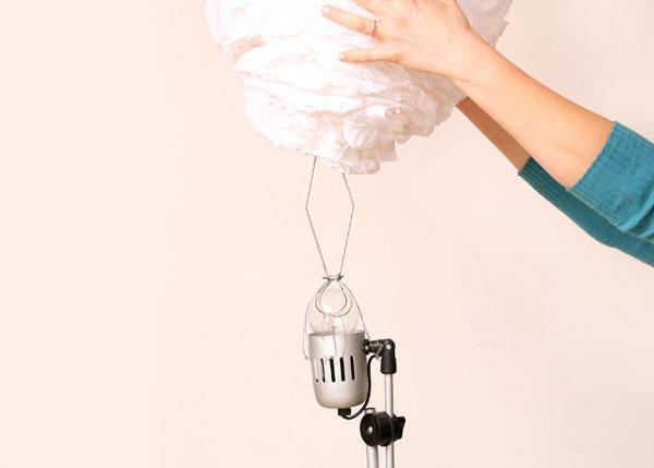 7 Na žiarovku pripevnite držiak na tienidlo. Ak žiadny nemáte, môžete si ho vyrobiť zdrôtov (my sme použili držiak zinej lampy) adrôtmi naň pripevniť hotové tienidlo.
