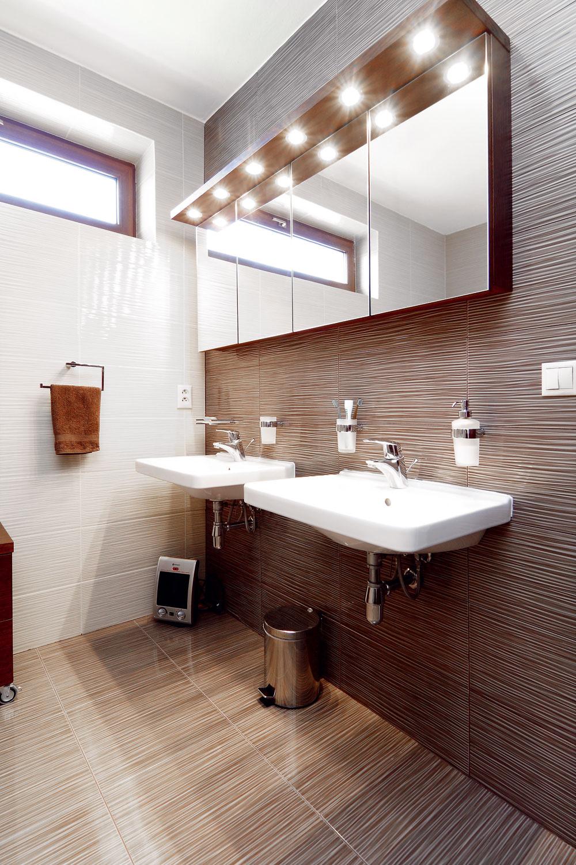 Obe kúpeľne sú zariadené striedmo aelegantne.