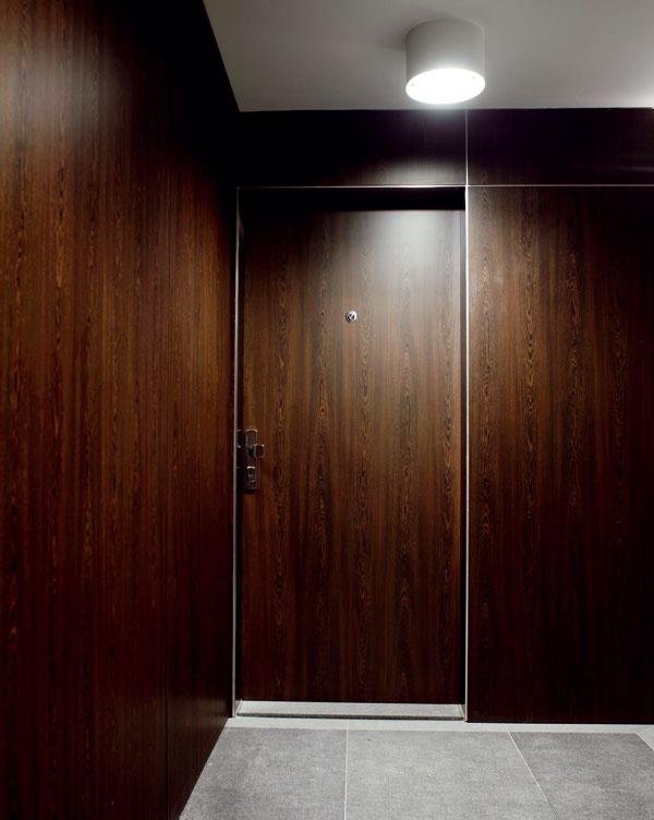 Bezpečnostné dvere Sherlock majú odolnosť proti vlámaniu v3. a4. triede, protihlukovú ochranu až 42 dB, požiarnu odolnosť až 60 minút, tepelnú izoláciu atesnenie. Bezpečnostná zárubňa ešte viac znižuje prenikanie hluku avzduchu. Povrchovú úpravu dverí, zárubne aj prahu možno prispôsobiť vzhľadu vstupných priestorov chodby aj interiéru bytu. Na pohodlné odomykanie akontrolu vstupu možno dvere vybaviť elektromotorickou vložkou, elektronickým vrátnikom, detektorom otvorenia či zamknutia dverí, čipovými či biometrickými čítačkami, digitálnym priezorníkom aďalšími bezpečnostnými prvkami.