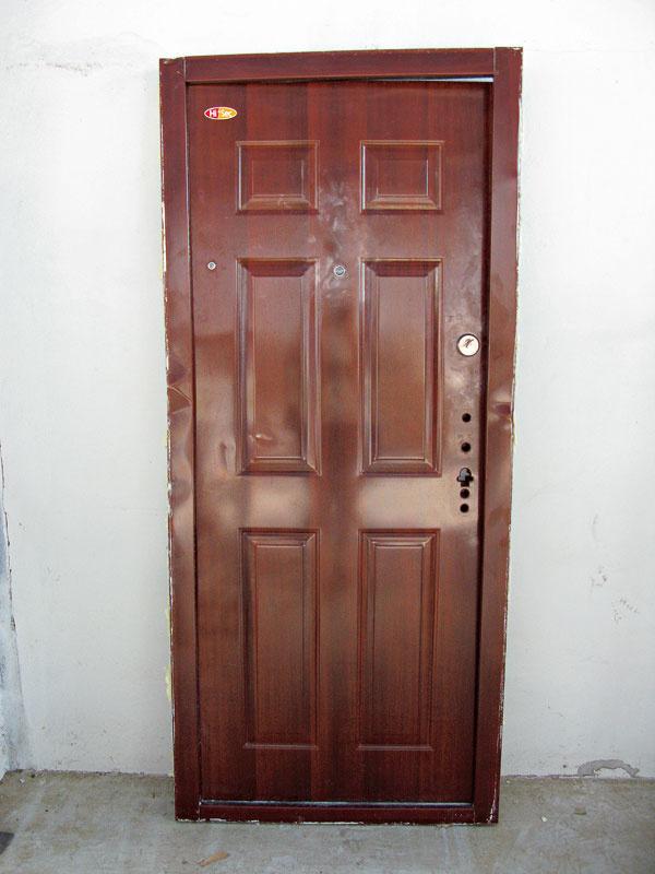 Šetriť na bezpečnostných dverách sa nevypláca, riskujete totiž, že kúpite falošné – ich predaj sa unás vposlednom čase veľmi rozšíril. Napríklad vMichalovciach otvoril zlodej takéto falošné bezpečnostné dvere bez väčšieho poškodenia azbytu ukradol veci vhodnote viac ako 40-tisíc eur. Aako falošné bezpečnostné dvere rozoznáte? Sú to každé dvere, oktorých predajca síce tvrdí, že sú bezpečnostné, nemajú však certifikát odolnosti proti vlámaniu podľa EN 1627. Odborníci odporúčajú minimálne 3. bezpečnostnú triedu odolnosti, vktorej musia dvere odolať napríklad aj dlhému páčidlu advojnásobnému tlaku ako v2. triede. Bezpečnostnú triedu dverí si overte na certifikáte (ak tam nie je uvedená, môže ísť ofalzifikát) – pýtajte si certifikát vjazyku, ktorému rozumiete! Keď vám dvere privezú, na výrobnom štítku si overte vlastnosti uvádzané predajcom – bezpečnostnú triedu, požiarnu odolnosť aj krajinu pôvodu.