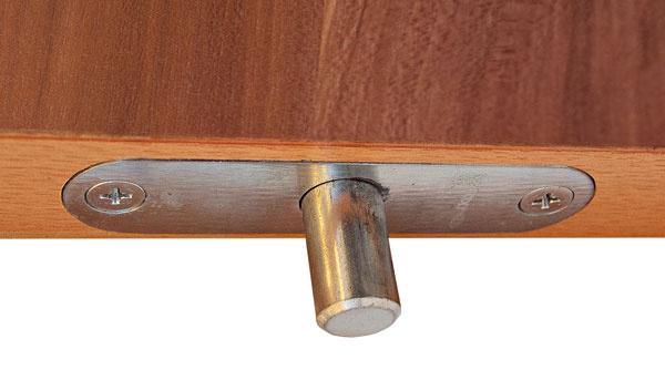 Istiaci bod do podlahy montuje spoločnosť Adlo do bezpečnostných dverí v3., 4.  a5. bezpečnostnej triede agarantuje neprekonateľnosť takýchto bezpečnostných dverí uzamykaných do podlahy po celý čas pokusu oich násilné otvorenie. Pod dlažbou či kobercom býva totiž betónová konštrukcia, aak sa do nej oceľovým protikusom pevne aspoľahlivo ukotví istiaci bod bezpečnostných dverí, podstatne sa zvýši ich bezpečnosť.