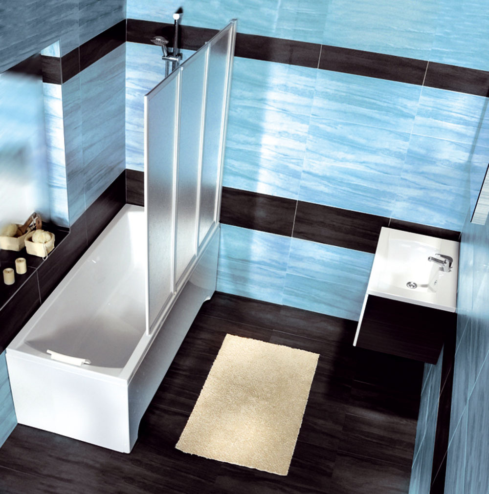 Kontrastná farba podlahy apozdĺžne pásy malej kúpeľni vizuálne pomôžu.