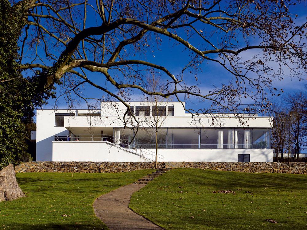 To je ona, slávna Miesova vila v Brne. Prvorepubliková stavba je unikátna ako svojou konštrukciou, tak aj priestorovým usporiadaním a vybavením interiéru. Dnes patrí vila Tugendhat k najznámejším reprezentantom svetovej architektonickej moderny.