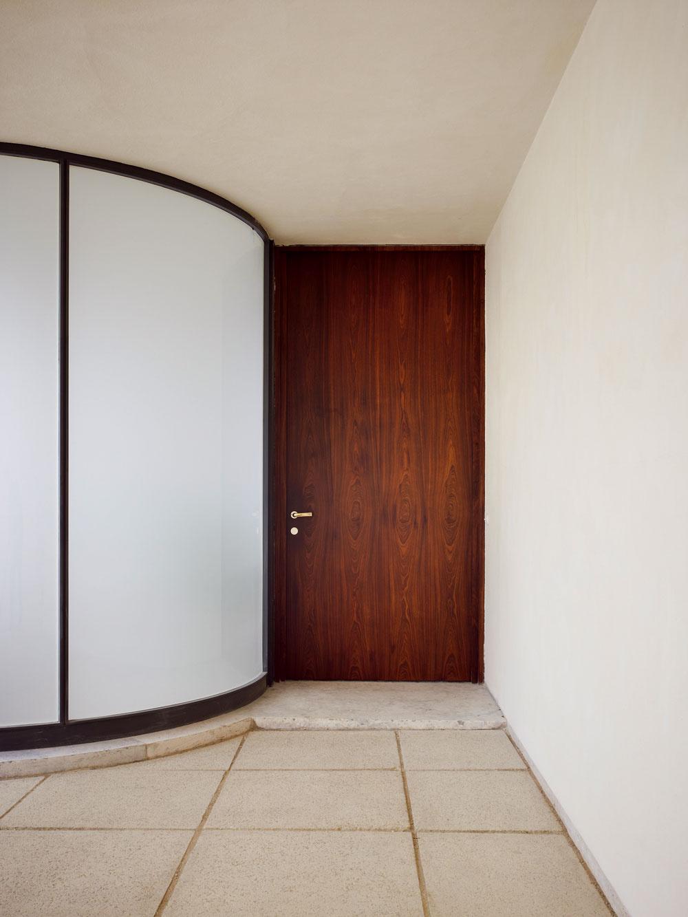 Aj taká zdanlivo banálna záležitosť ako je vstup do domu sa dá vyriešiť elegantne aatraktívne.
