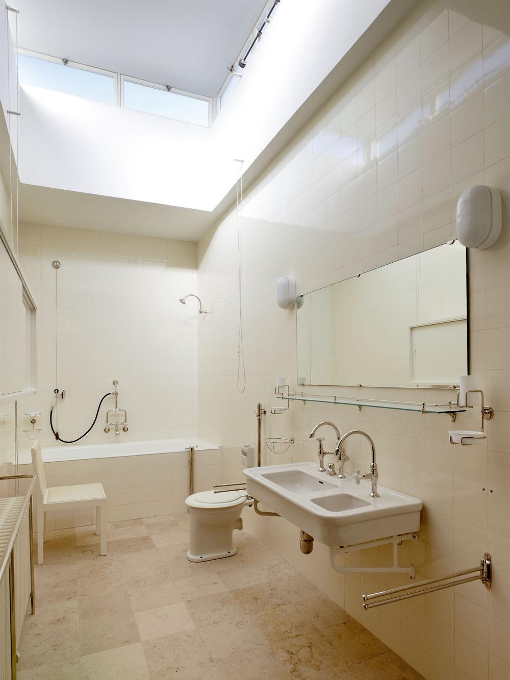 Kúpeľňu zdobia repliky pôvodných obkladov adlaždíc Rako od firmy Lasselsberger.