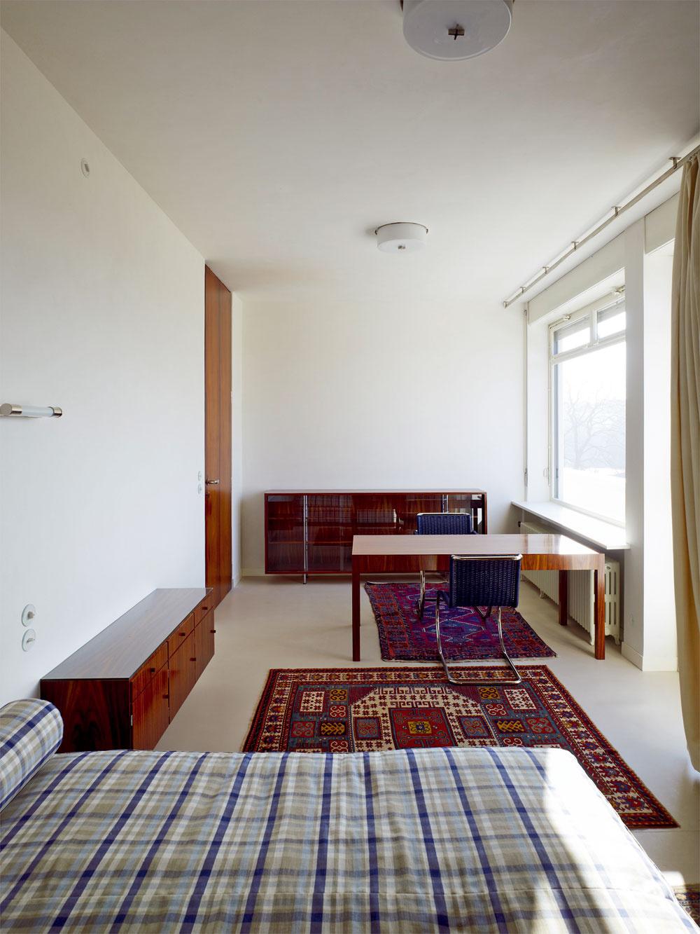 Túto izbu obýval Fritz Tugendhat. Za zmienku stoja, okrem iného, napríklad veľkoformátové dvere, až na výnimky vtechnických priestoroch dôsledne navrhnuté na plnú výšku miestností. Napriek svojim rozmerom sa ovládajú prekvapivo ľahko ajednoducho.