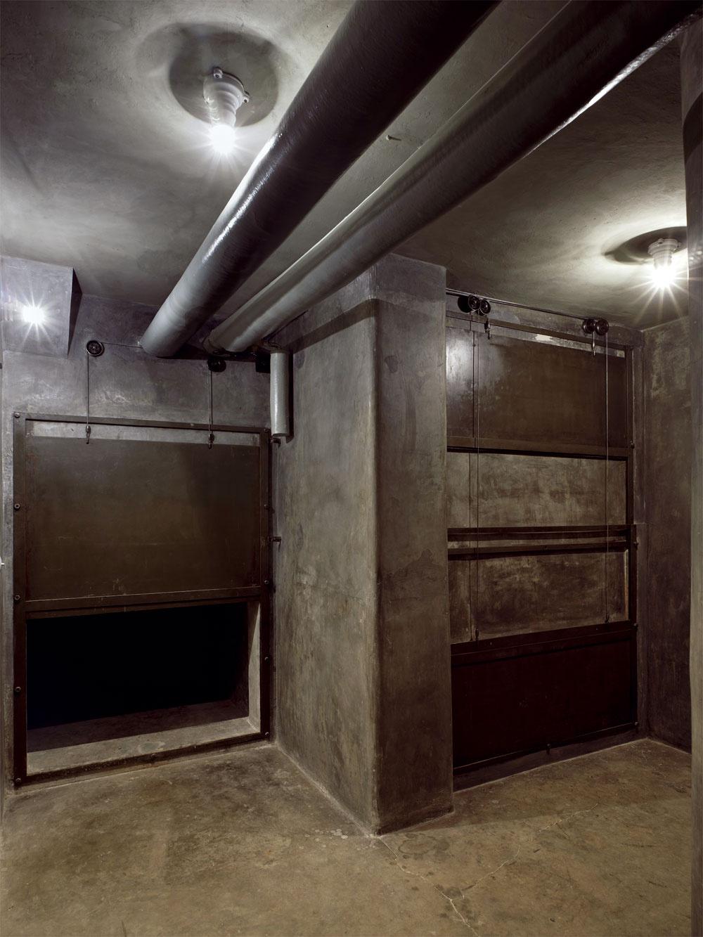 Mies van der Rohe nebol len geniálnym architektom, dokázal svoje stavby premyslieť do úžasných podrobností. Toto je technická miestnosť vzduchotechniky, ktorá pomáhala vykurovať celý priestor vily.