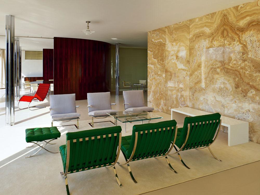 Nízke kreslá Barcelona, ikonické kusy nábytku od architekta Miesa van der Rohe.