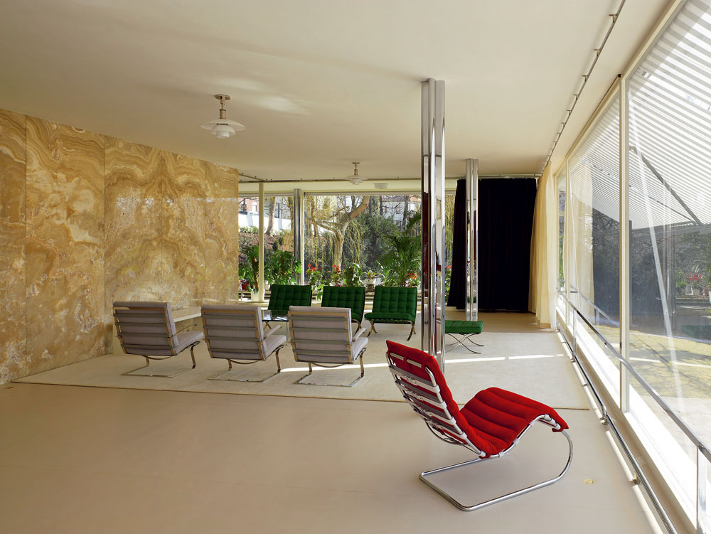 Dve zmohutných okien hlavnej obývacej časti, zelenej len elementmi závesov aľahkej ónyxovej či makassarovej priečky, po stlačení tlačidla stichým vrčaním zmiznú pod podlahou. Ilúzia spojitého otvoreného priestoru je dokonalá.