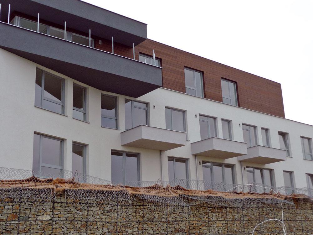 Rezidenčná štvrť Pod vŕškami vbratislavskej Záhorskej Bystrici predstavuje projekt prímestského rodinného bývania srozlohou 310 000 m2, charakteristický zeleňou, cestnou infraštruktúrou, cyklistickými chodníkmi, vtiahnutím parkovania do podzemia azelenými strechami. Projekt ponúka 100pozemkov na výstavbu individuálnych rodinných domov, 24samostatne stojacich rodinných domov, 1500apartmánov, 10 000 m2 obchodných priestorov, školu, škôlku averejný park. Momentálne finišujú stavebné práce na prvých 66 bytoch, ktoré by sa mali dokončiť túto zimu. Jedno- až päťizbové byty majúbalkóny, terasy ana prízemí predzáhradky, vsuteréne je90 garážových státí a46 pivničných kobiek. Výstavba prvej etapy, ktorá zahŕňa 400bytov vnízkopodlažnom rezidenčnom komplexe, bude pokračovať troma objektmi skancelárskymi priestormi aobchodnými prevádzkami, obyvateľom bude slúžiť aj veľký park. Keďže rezidenčná štvrť má na celom území ukončené askolaudované komunikačné trasy ainžinierske siete, j