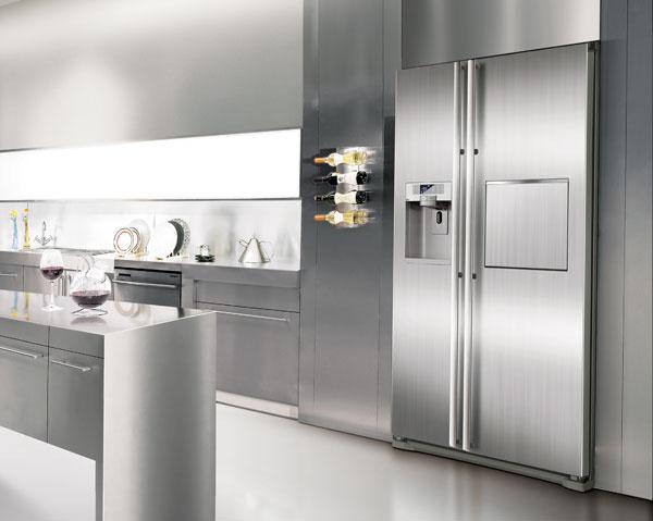 Chladnička side by side Samsung RSG5PURS sobjemom 417/224 l, čo je najväčší vnútorný objem pri zachovaní štandardných vonkajších rozmerov. Energetická trieda A+, TWIN cooling plus™, systém No Frost, Multi Flow, digitálna regulácia teploty, modrý LED displej, systém ochrany zdravia Silver Nano™, podávač vody aľadu sdigitálnym ovládaním, automatická výroba ľadových kociek adrviny, sklopný barový pult so SoftTouch otváraním, zóna chladenia 0 ˚C, funkcia super mrazenie, priehradky svysokou vlhkosťou na uchovávanie zeleniny, ovocia, čerstvého mäsa arýb, police ztvrdeného skla sochranou proti vytečeniu, zvuková signalizácia otvárania dvier, invertorový kompresor, funkcia režimu dovolenka. Odporúčaná cena 2 200 €.
