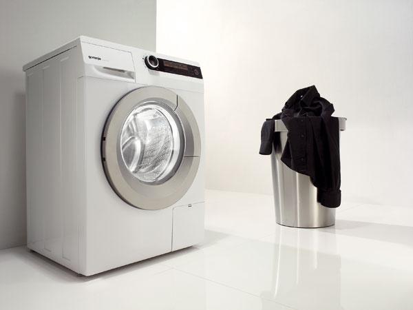 Práčka Gorenje W 9825 Iskapacitou 9 kg bielizne. Priemer otvorených dvierok 34 cm auhol otvorenia 180° uľahčujú nakladanie avyprázdňovanie bubna. Vďaka funkcii TotalWeightControl, pomocou senzora hmotnosti automaticky nastaví program prania podľa skutočnej hmotnosti bielizne vbubne. Program na bielu bielizeň UltraWHITE (30°C) ana čiernu PerfectBLACK (30 °C), ročná spotreba energie/vody 169 kWh/12 320 l. Energetická trieda A–50 %. Cena 699 €.
