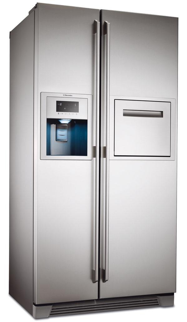 Side by side chladnička Electrolux ENL60812X sdávkovačom vody aľadu napojeným priamo na vodovodné potrubie. Objem 343/175 l, spotreba 1,16 kWh/deň, hlučnosť 44 dB, energetická trieda A+. Domáci bar umiestnený vdruhých dvierkach ponúka okamžitý prístup knápojom bez nutnosti otvárania celých dvierok, čím šetrí energiu. Technológia No Frost, ochrana proti odtlačkom prstov, elektronické dotykové ovládanie, intenzívne chladenie, rýchle zmrazovanie, alarm pri zvýšení teploty apri otvorených dvierkach (svetelná azvuková signalizácia). Odporúčaná cena 1 699 €.