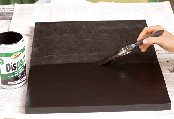 7. Po zaschnutí základnej vrstvy naneste neriedenú tabuľovú farbu. Ak máte vpláne tabuľu často používať, odporúčame naniesť dve vrstvy neriedenej tabuľovej farby.