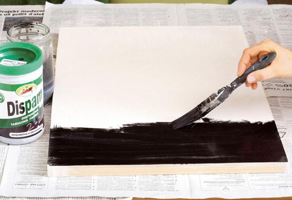 6. Na takto pripravenú tabuľu naneste základnú vrstvu – tabuľovú farbu zriedenú svodou vpomere 2 : 1 (dva diely farby, jeden diel vody).