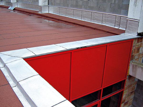 Plochá strecha smechanicky ukotvenou povlakovou krytinou. Na prepojenie zvislých častí adetailov, ako je napríklad atika, sa použil modifikovaný asfaltovaný pás so špeciálnou profilovanou hliníkovou úpravou.