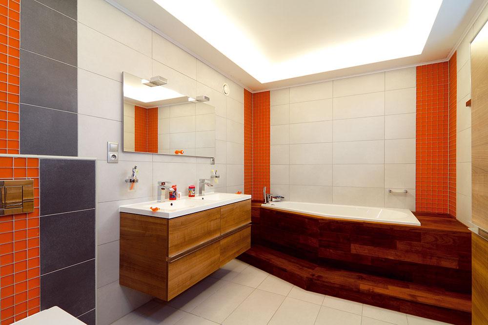 Vdome sú tri kúpeľne (táto patrí deťom), dve detské izby, spálňa rodičov, hosťovská izba aspoločenská zóna – dohromady 250 m2 podlahovej plochy. Supratovaním pomáha pani, ktorá sa stala súčasťou rodiny.