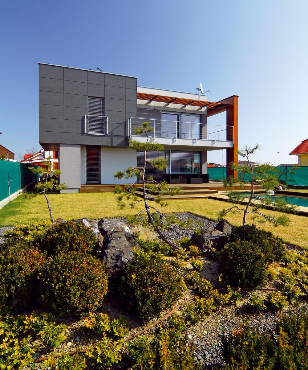 """Úpravu exteriéru navrhoval architekt, ktorý sa zaoberá tiež japonskými záhradami. """"Nechceli sme úplne japonský štýl, len niečo podobné, takže nám navrhol tri štvorcové zóny svýsadbou tak, aby korešpondovala s domom ibazénom. Sú tam napríklad obľúbené skaly, ale aj ihličnany,"""" hovorí majiteľ. Bazén je ekologický, pláva vňom rybka asú vňom zasadené rastliny, ktoré sa starajú očistenie vody. Dve čerpadlá zabezpečujú jej cirkuláciu. Jedno pracuje nonstop, druhé sa zapína automaticky vnastavenom čase."""