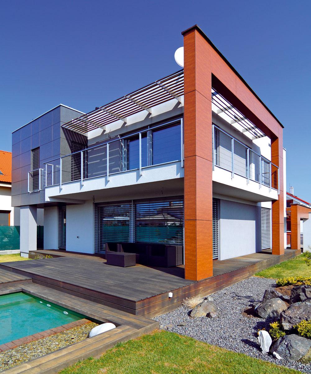 Hlavnou myšlienkou architektov bolo vytvoriť ekologický pasívny dom smoderným výrazom. Na splnenie podmienky pasívneho domu bol najvýhodnejší tvar kocky, pri ktorom sú tepelné straty minimálne vďaka priaznivému pomeru vykurovaného objemu domu kjeho ochladzovanému povrchu. Jednoduchá hmota kocky je však príliš fádna, preto navrhli zaujímavé riešenie fasády. Dosiahli ho pomocou sivých adrevohnedých fasádnych obkladov FunderMax vkombinácii sbielou asivou omietkou.