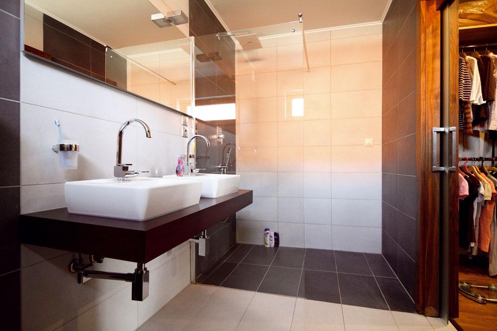 Manželia si naplnili túžbu pošatníku akúpeľni prepojených so spálňou.