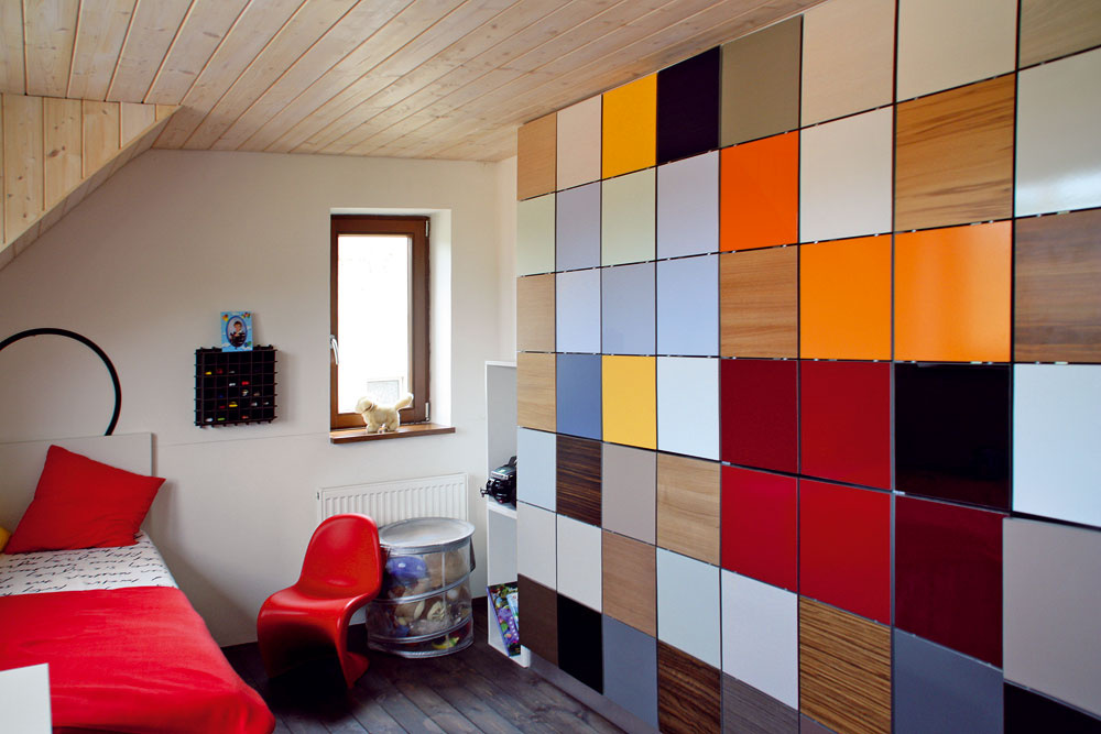 Vstavaným nábytkom vyrobeným na mieru maximálne využijete daný priestor poradí si takmer skaždým atypickým prvkom azískate dostatok úložného priestoru. Ďalšími kusmi nábytku už môžete šetriť, aby interiér mohol voľne dýchať.