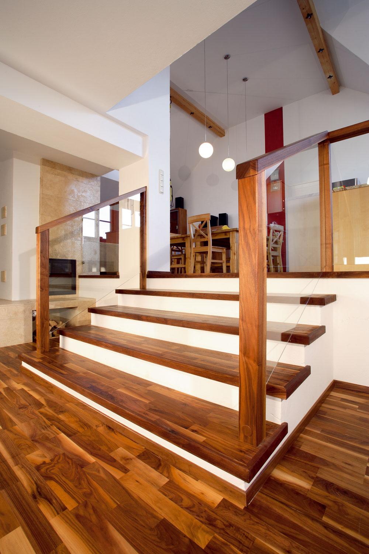 Ako prístup do podkrovia sa dajú použiť všetky typy schodísk. Najväčším úskalím býva nedostatok miesta, aj tak sa však väčšinou dá postaviť pohodlné schodisko, pri ktorom nemusíte rezignovať ani na estetiku.