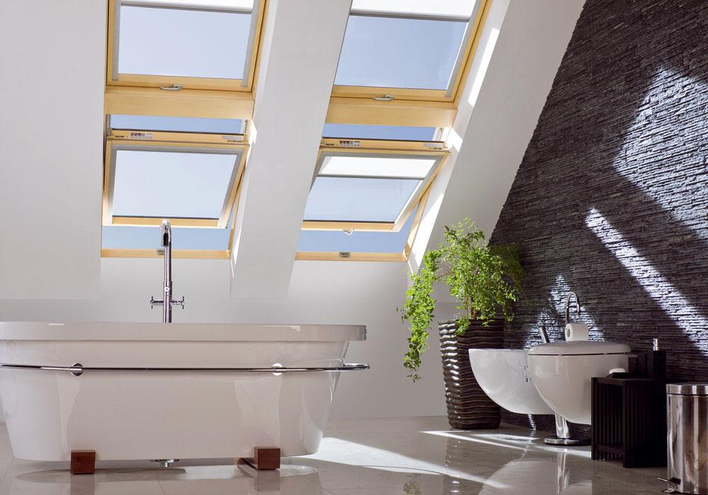 Spojením niekoľkých strešných okien vodvoch radoch nad sebou vytvoríte ztmavej kúpeľne slnečné miesto na relax.