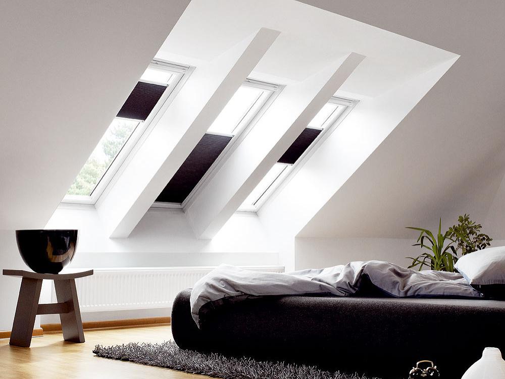 Dvojito plisovaná roleta FHC sa inštaluje na vnútornú stranu strešného okna azatiahnutá poskytuje úplne zatemnenie. Vzime môžete vďaka nej znížiť únik tepla zinteriéru až o34 %. Má štíhle vodiace lišty, takže vytiahnutá umožňuje maximálny prísun denného svetla do interiéru. Ovláda sa pomocou spodnej ahornej lišty, čo dovoľuje nastaviť roletu doakejkoľvek polohy adopriať si napríklad len pritienenie.