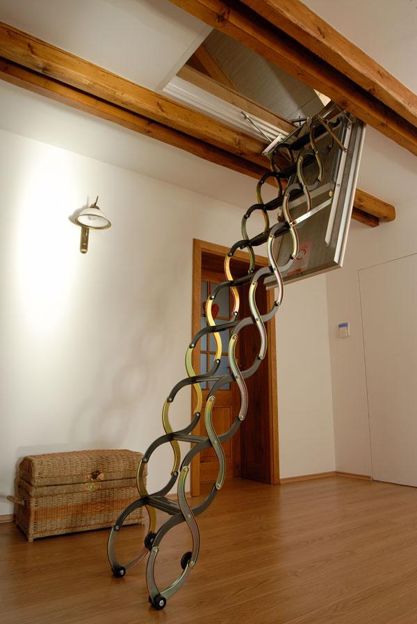Skladacie schody sú výhodným riešením najmä vmalých priestoroch. Kvalitné povalové schody LUSSO má vo svojom sortimente spoločnosť J.A.P. Slovakia.