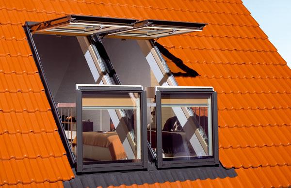 Kpodkrovným bytom si možno dopriať aj takzvané strešné balkóny, ktoré sa skladajú zdvoch častí. Vtomto prípade sa horná aj spodná časť vyklápajú smerom von.