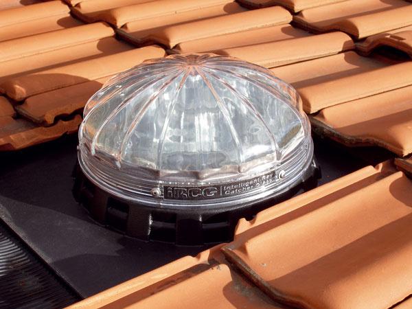 Kopula svetlovodu je umiestnená na streche, kde zachytáva denné svetlo. Jej tvar je navrhnutý tak, aby sa ho do interiéru dostalo maximum, aaby zachytávala aj rozptýlené svetlo za zamračenej oblohy.