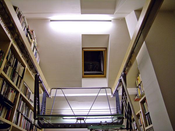 Riešením osvetlenia vpodkroví môžu byť nástenné svietidlá umiestnené na rovných stenách. Svetlo sa odráža od stropu aj šikmých stien arozptyľuje sa po miestnosti.